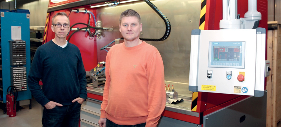 Olli Pohls, Head of Fluiconnecto Water Hydraulics (left) and Harri Sairiala, Sales Engineer (right), presenting a test unit of hydraulic hoses manufactured in Tampere workshop. The units will be delivered to Manuli Hydraulics factories.